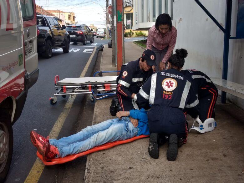 Motociclista fica ferido após ser atingido por carro no Centro - Crédito: Luciano Lopes