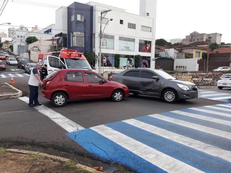 """Motorista avança o """"pare"""" e causa colisão no centro - Crédito: Maycon Maximino"""