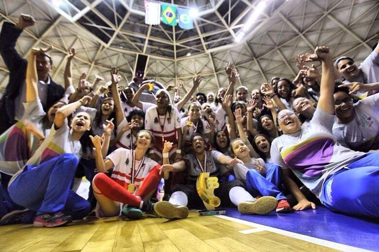 Meninas do futsal fazem história e colocam a medalha de ouro no peito - Crédito: Divulgação
