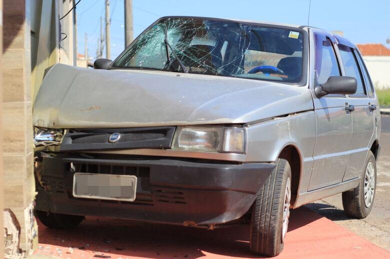 Mulher fica ferida após motorista colidir carro em portão de residência - Crédito: Marco Lúcio