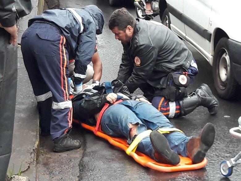 Após sofrer acidente, motociclista passa mal e sofre queda - Crédito: Maycon Maximino