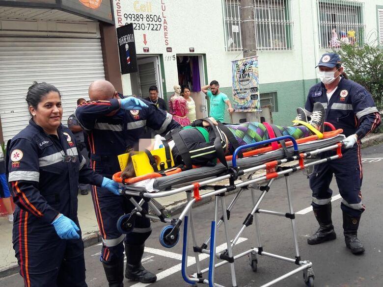 Garota de 15 anos é socorrida com dores após acidente no centro - Crédito: Maycon Maximino