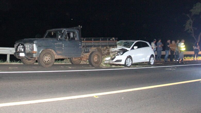 Motorista perde controle e colide carro na SP-215 - Crédito: Maycon Maximino