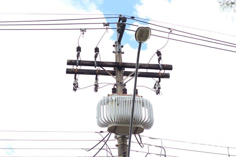 Revoltados, moradores reclamam de falta de energia elétrica no Embaré - Crédito: Marco Lúcio