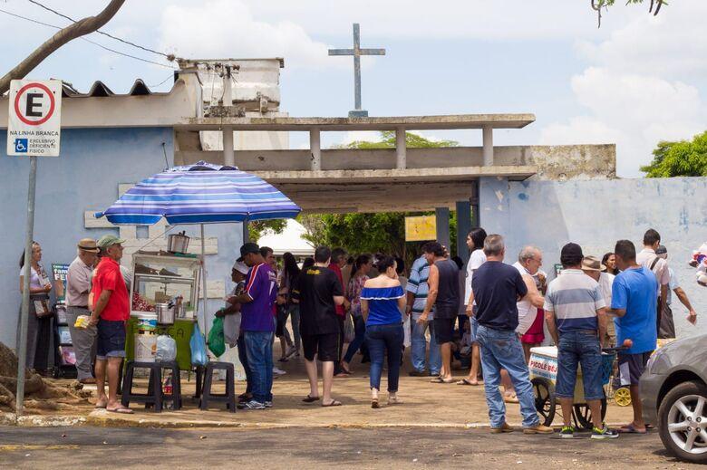 Movimento nos cemitérios de São Carlos é intenso no Dia de Finados -