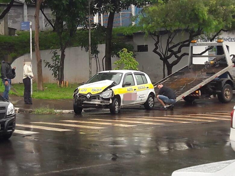 Mulher colide carro de autoescola em caminhão - Crédito: Maycon Maximino