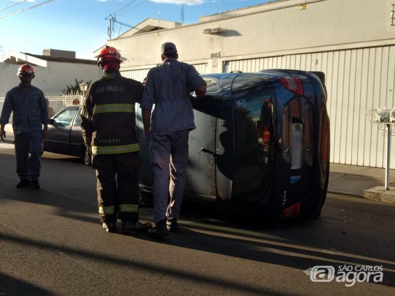 Após colidir em carro estacionado, Mercedes-Benz tomba na Vila Nery -