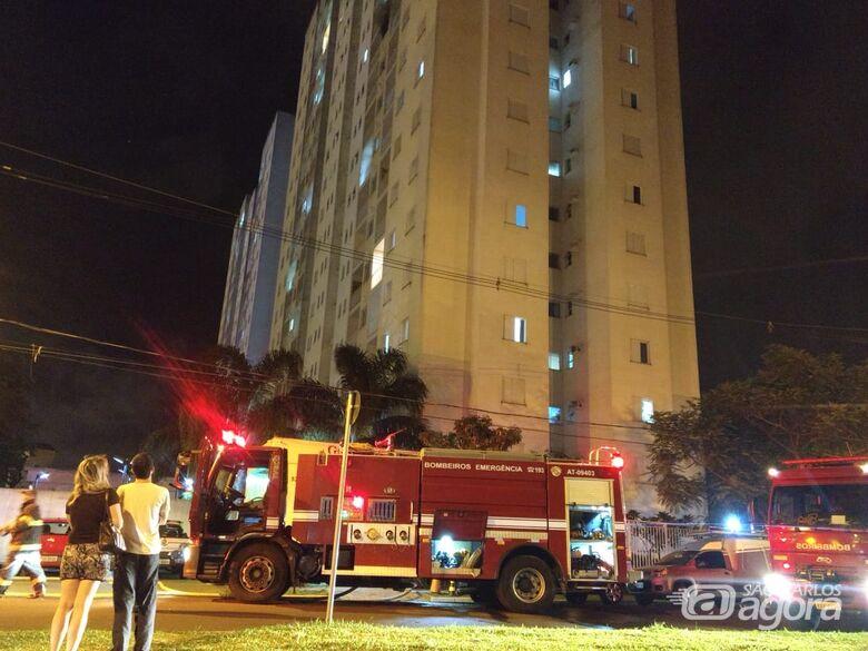 Incêndio em apartamento assusta moradores em conjunto de prédios na região do shopping - Crédito: Luciano Lopes