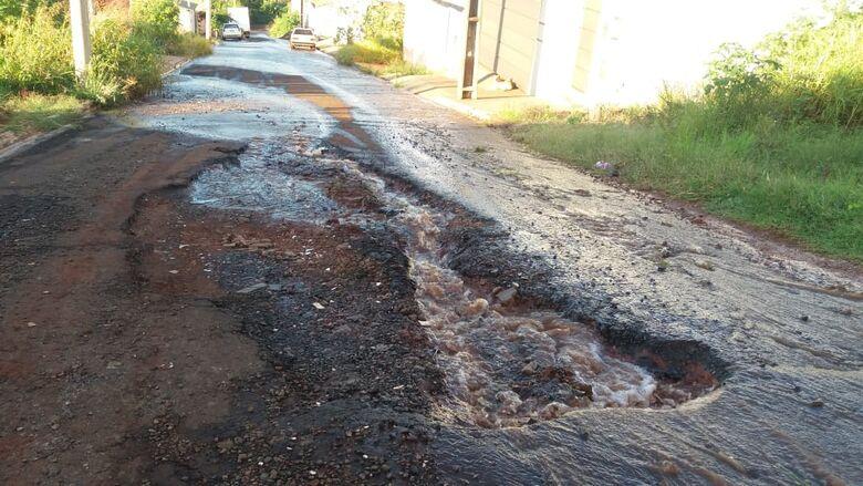 Em rua esburacada, vazamento de água completa 3 anos - Crédito: Divulgação
