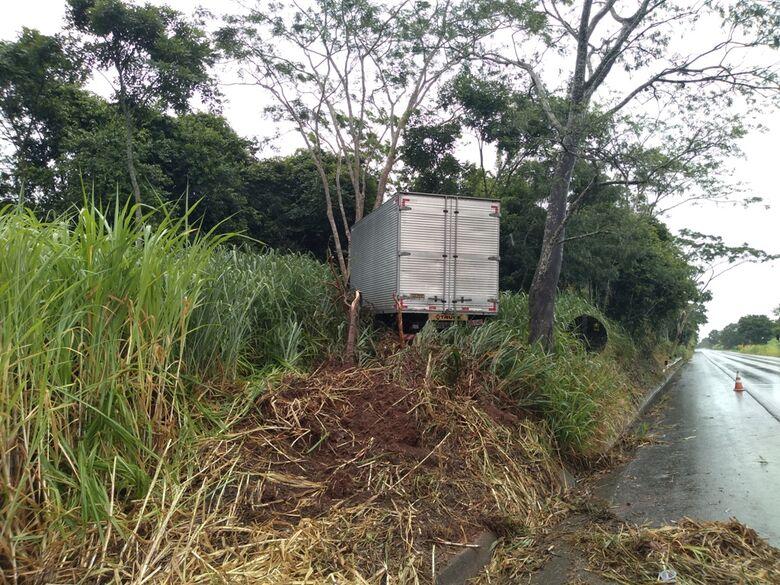 Caminhão perde o controle e sai da pista em Ribeirão Bonito - Crédito: RB na Rede