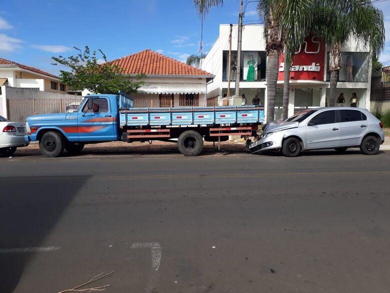 Gol colide na traseira de caminhão na Sallum - Crédito: Divulgação