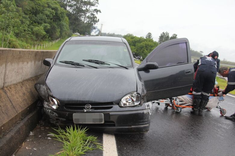 Motorista perde controle e carro colide em mureta de concreto - Crédito: Maycon Maximino