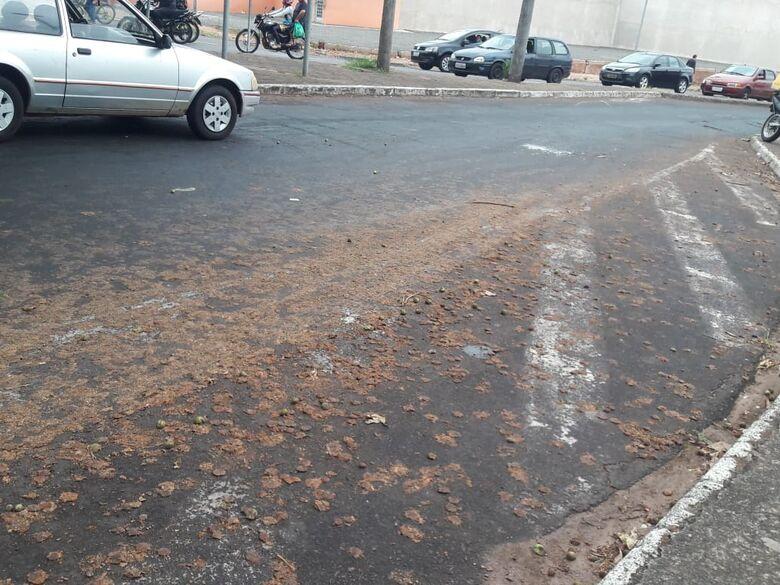 Mancha de óleo derruba motoqueiros na rotatória da Jesuíno de Arruda - Crédito: Maycon Maximino