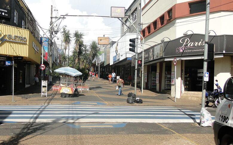 Acisc orienta comerciantes sobre cuidados com o lixo na época de chuva - Crédito: Divulgação