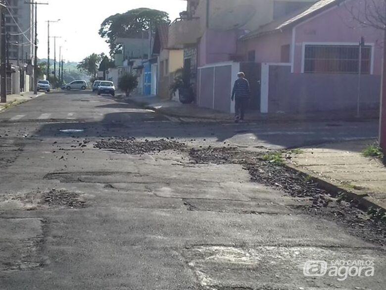 """Em """"mar de buracos"""", rua está intransitável na Vila Monteiro - Crédito: Divulgação"""