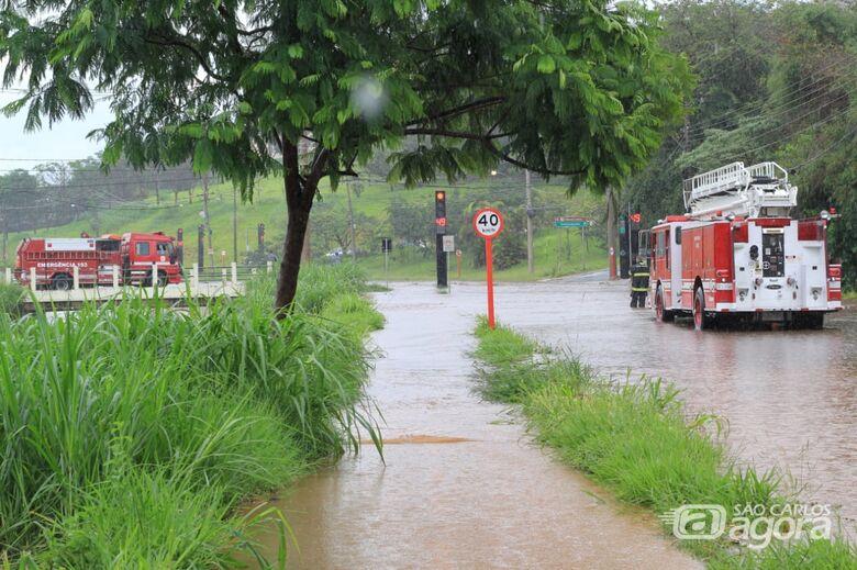 Chuva forte causa inundação na Rotatória do Cristo; avenida é interditada - Crédito: Marco Lucio