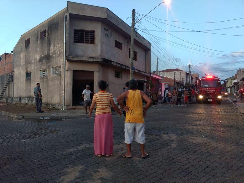 Incêndio em residência mobiliza o Corpo de Bombeiros no Santa Angelina - Crédito: Luciano Lopes