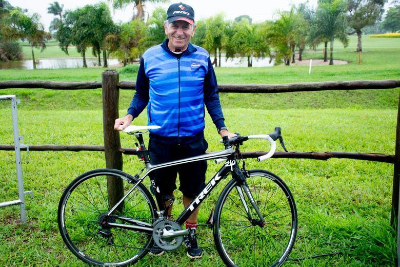 Aos 77 anos, ex-atleta do ciclismo coleciona mais de 800 troféus e ainda pedala - Crédito: Divulgação