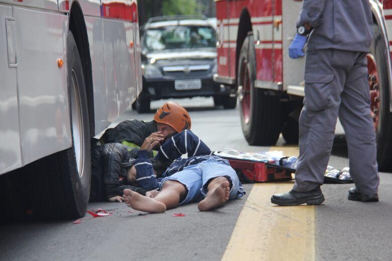 Após colisão traseira, jovem vai parar embaixo de ônibus - Crédito: Maycon Maximino