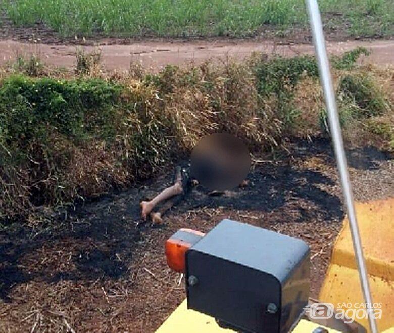 Corpo parcialmente carbonizado é encaminhado ao IML de São Carlos - Crédito: Descalvado Agora