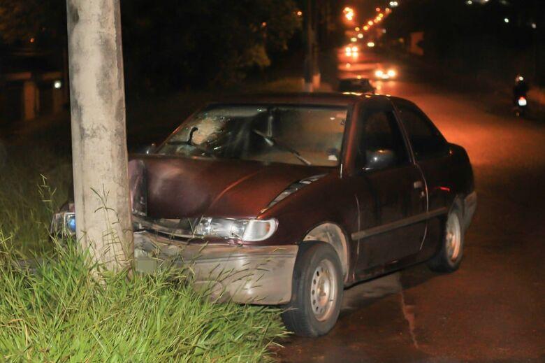 Carro colide em poste no Botafogo e duas mulheres ficam feridas - Crédito: Marco Lúcio