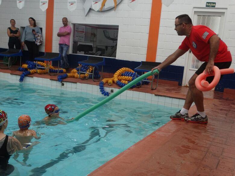 Crianças e adultos têm aulas sobre segurança no meio aquático - Crédito: Marcos Escrivani