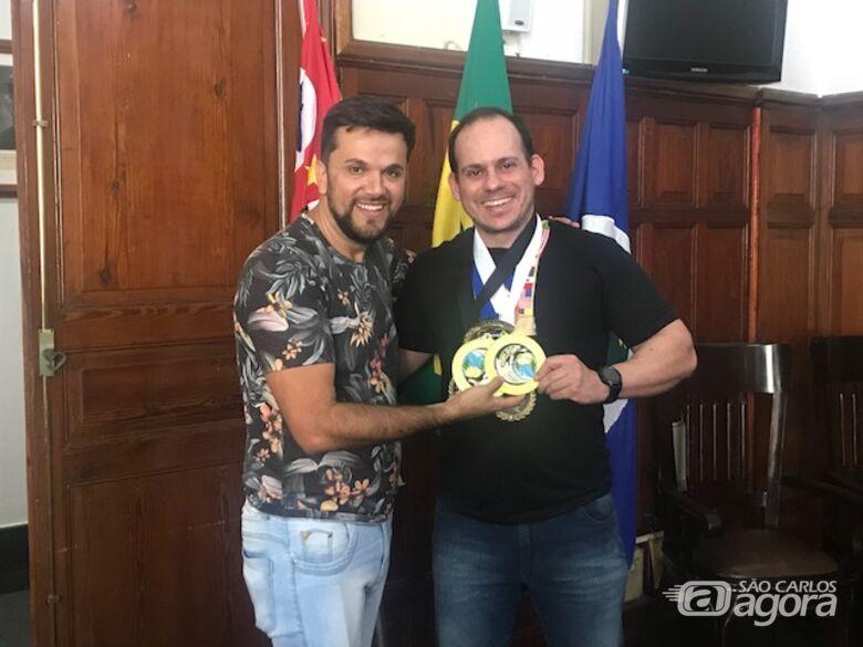 Rodson parabeniza Miguel Chain pelo título de bicampeão mundial em Powerlifting - Crédito: Divulgação