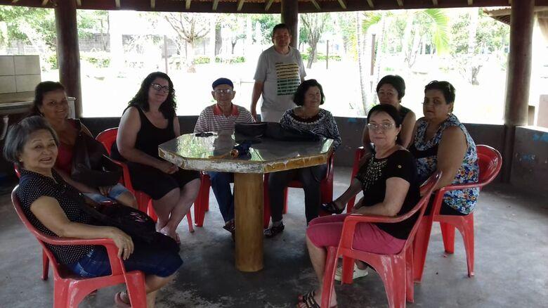 Frequentadores do Centro de Convivência da Melhor Idade de Ibaté participam de piquenique - Crédito: Divulgação