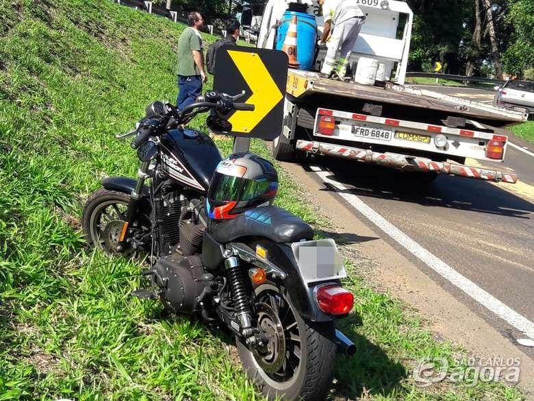 Óleo no asfalto causa queda de motociclista em alça de acesso - Crédito: Maycon Maximino