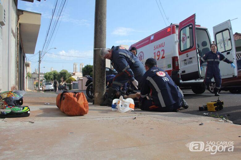 Motociclista colide em carro e em poste no centro - Crédito: Maycon Maximino