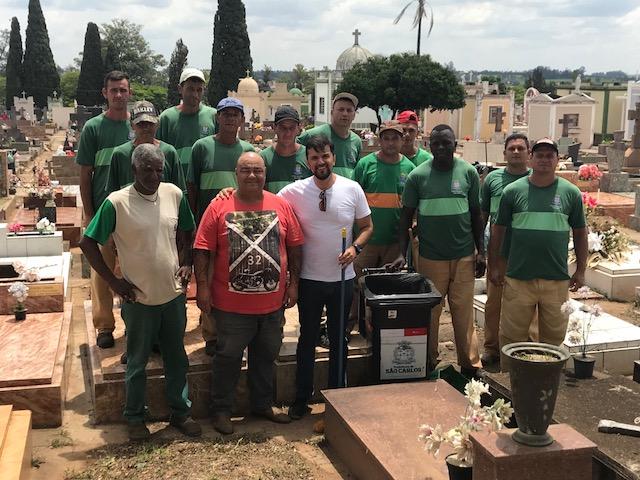 Rodson acompanha o mutirão de limpeza no Cemitério Nossa Senhora do Carmo - Crédito: Divulgação