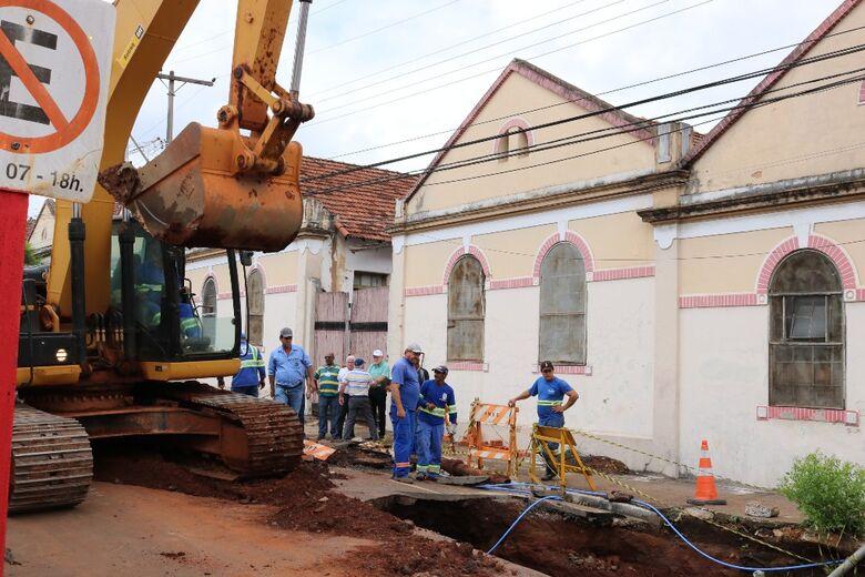 """Prefeitura começa a consertar o """"buracão"""" da rua Episcopal - Crédito: Divulgação"""