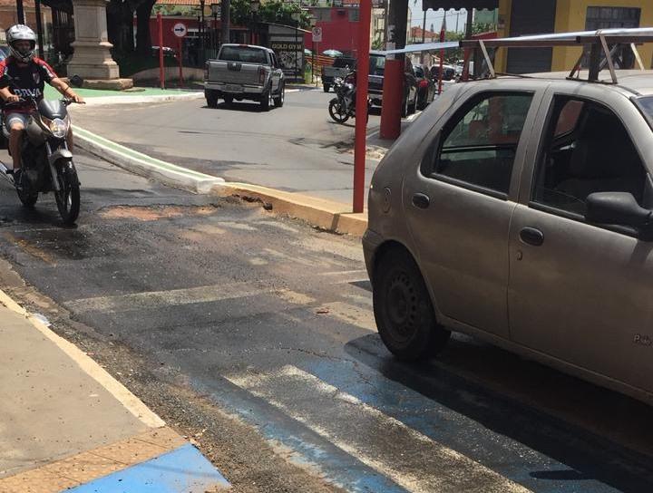 Buraco no asfalto causa queda de três motociclistas - Crédito: Divulgação