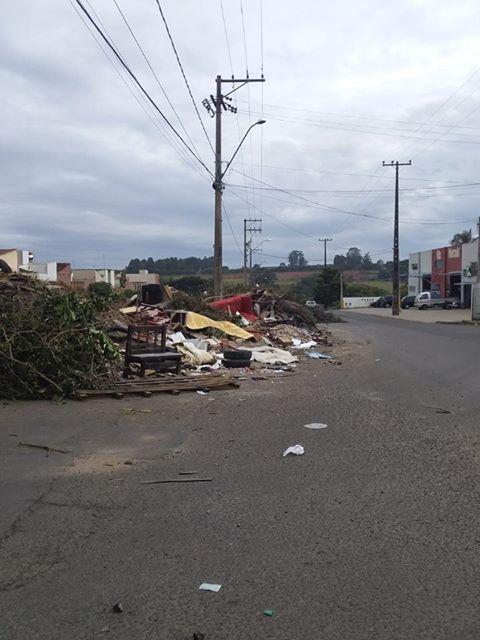 """Ecoponto do São Carlos 8 tem """"montanhas"""" de lixo - Crédito: Divulgação"""