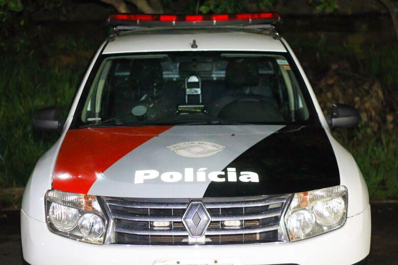 Carro de treinador é incendiado em frente a escola - Crédito: Marco Lúcio