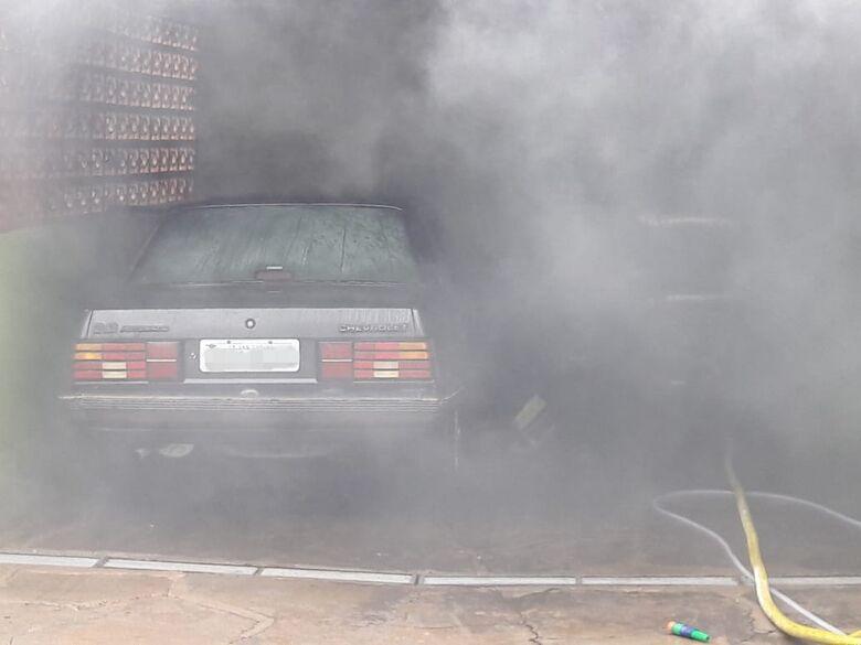 Carro pega fogo em garagem de residência -