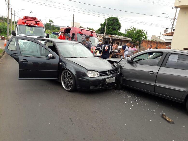 Colisão entre dois carros deixa uma pessoa ferida no Antenor Garcia -