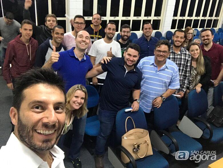 """""""Fábio Ferraz, CEO da Guarani Sistemas, junto com os estudantes da Unicep que se formaram no curso oferecido pela empresa"""" - Crédito: Divulgação"""