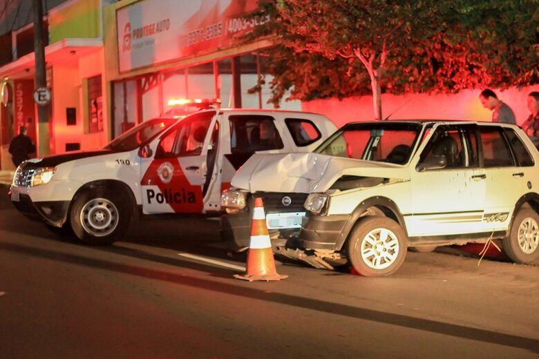 Motorista bate em poste e provoca princípio de incêndio na Vila Monteiro - Crédito: Marco Lúcio