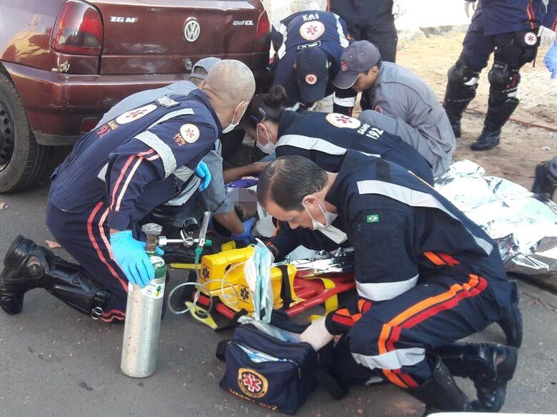 Motociclista colide em portão e fica gravemente ferido - Crédito: Maycon Maximino