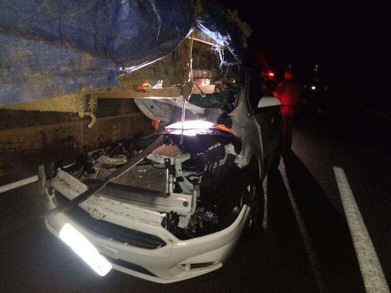 Carro entra embaixo de caminhão na SP-215 - Crédito: Luciano Lopes