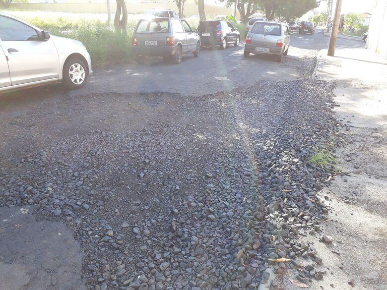 Alunos de Cemei correm risco devido a asfalto deteriorado no Itamaraty - Crédito: Marcos Escrivani
