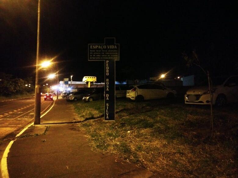 Motoristas desrespeitam Espaço Vida e estacionam carro em cima da calçada - Crédito: Divulgação
