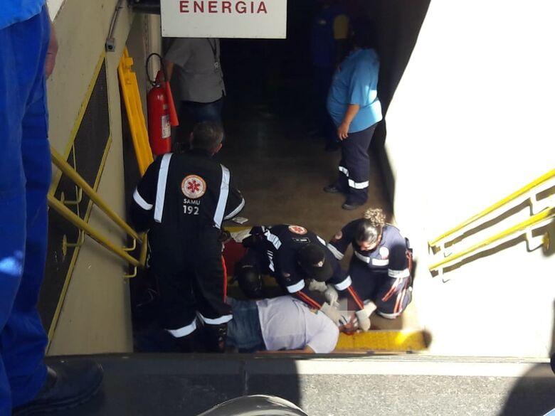 Idoso perde equilíbrio e cai em escada na Rodoviária - Crédito: Maycon Maximino