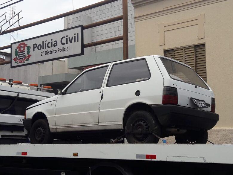 Uno furtado é abandonado no Jardim Beatriz - Crédito: Maycon Maximino