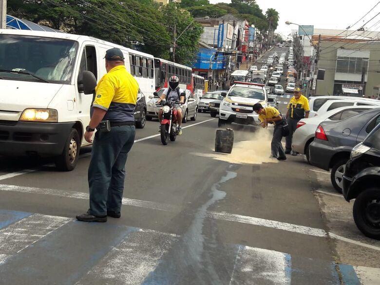 Mancha de óleo causa queda de motociclista na avenida São Carlos - Crédito: Maycon Maximino