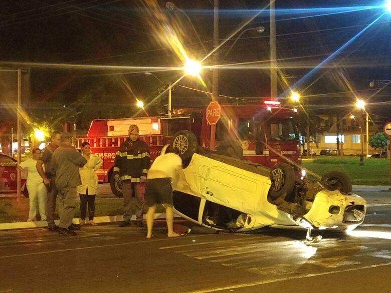 Motorista perde o controle da direção e capota carro na Praça Itália - Crédito: Luciano Lopes