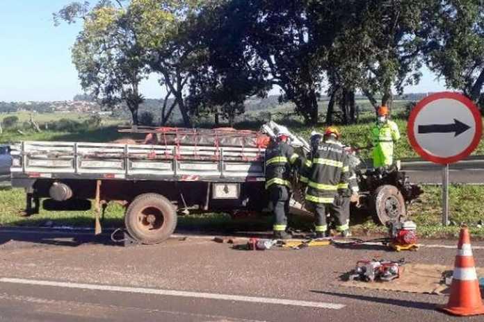 Homem morre após colisão entre caminhões na SP-225 em Itirapina - Crédito: Centrovias Arteris