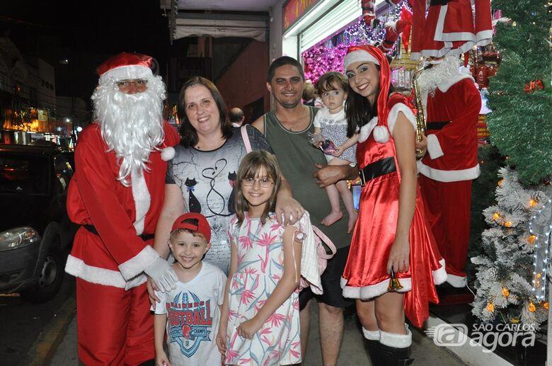 Consumidores vão às compras e encontram o Papai Noel no comércio - Crédito: Divulgação
