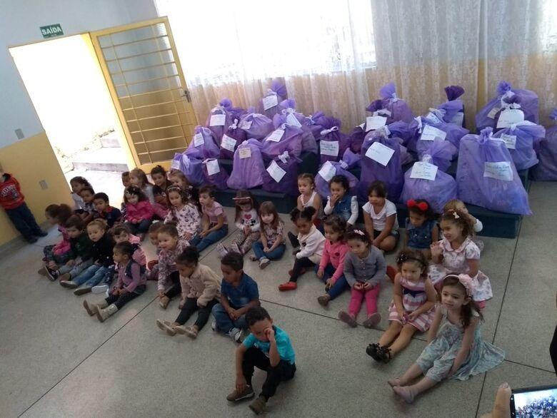 Papai Noel faz a festa para os pequenos da Divina Providência - Crédito: Divulgação